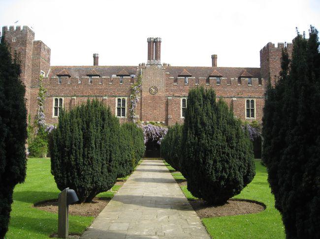 IMG_0022 Castle inner courtyard, wysteria